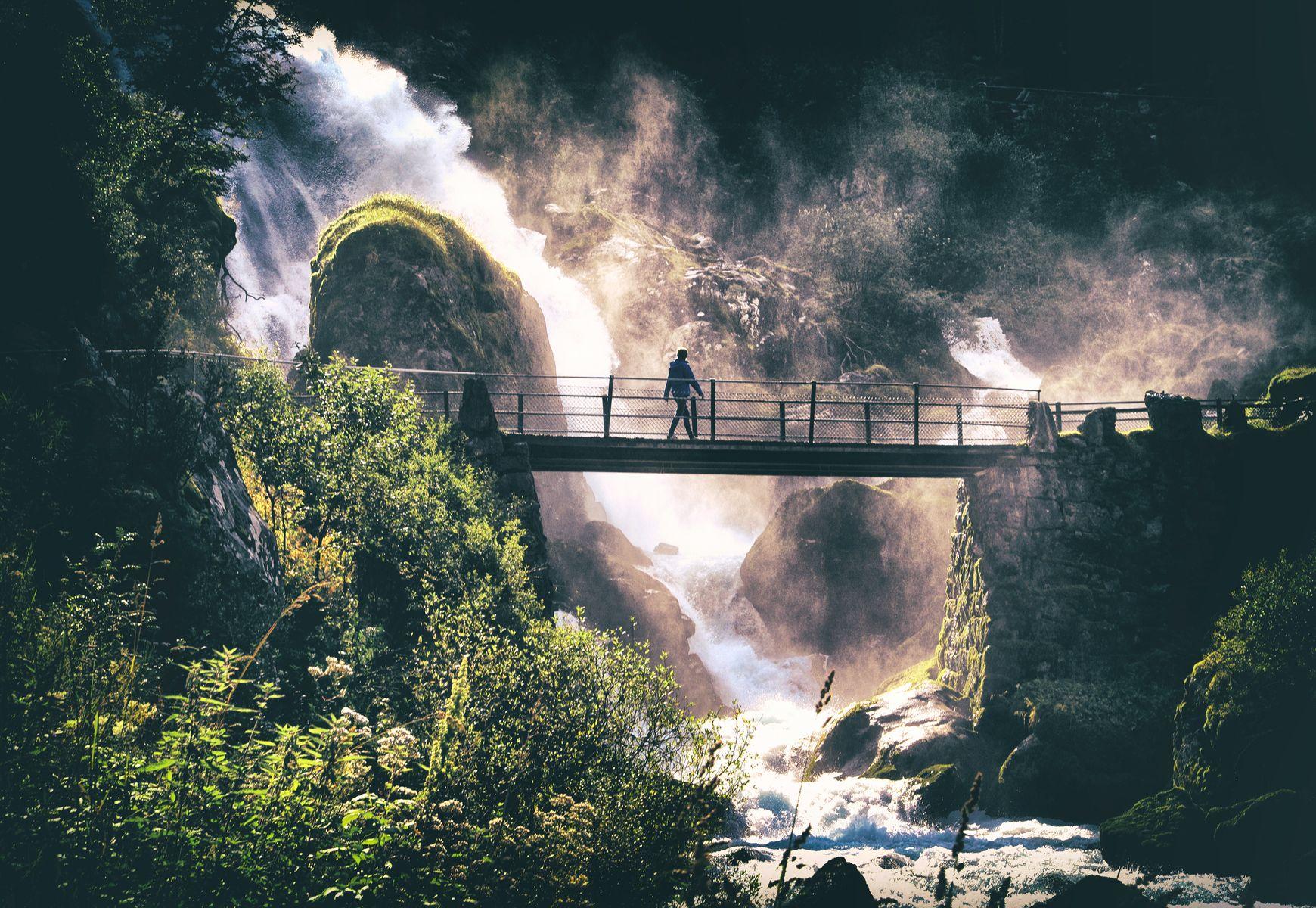 Šetnja pored vodopada (Waterfall walk), Srdjan Kis Bicskei